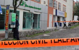 The explosion caused the breaking of the glass door access and there were no people injured (Cuartoscuro)